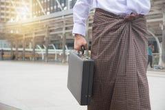 Myanmar affärsmanbegrepp av att diskutera med kopieringsutrymme för lodisar arkivfoto