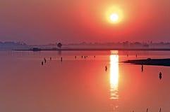 Myanmar, Amarapura, puesta del sol en U Bein Foto de archivo
