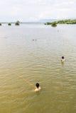 Myanmar-Augusti 26th, 2014: Fiskare fiskade Royaltyfri Bild