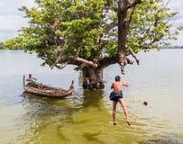 26 myanmar-augustus, 2014: Myanmar kinderen sprongen Stock Foto