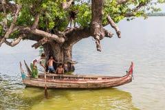 26 myanmar-augustus, 2014: Myanmar kinderen sprongen Royalty-vrije Stock Foto