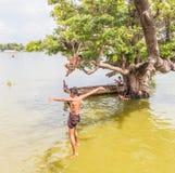 26 myanmar-augustus, 2014: Myanmar kinderen sprongen Stock Foto's