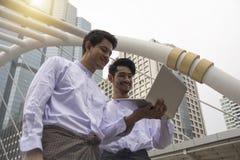 Myanmar biznesmenów pojęcie dyskutować z kopii przestrzenią dla półdupków obrazy royalty free