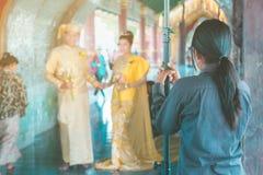 Myanmar bröllopfotografi Ett Burmese par i en traditionsklänning som fotograferades av en gifta sig fotograf och hans fotografering för bildbyråer