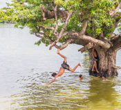 Myanmar 26 de agosto de 2014: Los niños de Myanmar saltaban Fotos de archivo
