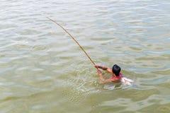 Myanmar 26 de agosto de 2014: O pescador estava pescando Imagens de Stock Royalty Free