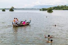 Myanmar 26 de agosto de 2014: Os pescadores estavam pescando Imagens de Stock Royalty Free