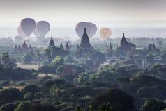 Myanmar - 5 de dezembro de 2016: Os balões do turista voam sobre o pagode em Bagan Fotografia de Stock Royalty Free