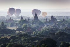 Myanmar - 5 de diciembre de 2016: Los globos turísticos vuelan sobre la pagoda en Bagan Fotografía de archivo libre de regalías