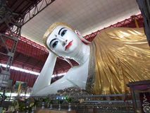 Myanmar Doende leunen Boedha Stock Afbeeldingen
