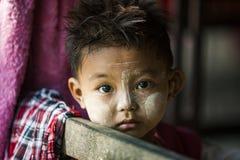 Myanmar - dziecko z Thanakha uzupełniał obrazy stock