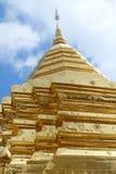 Myanmar gouden pagode op duidelijke blauwe hemel met wolk Royalty-vrije Stock Foto's