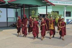 MYANMAR, GOUDEN ROTS IN KYOTO 23 MAART 2013 YANG-MONNIKEN Stock Afbeeldingen