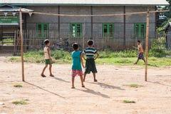 MYANMAR INLE 15 OKTOBER 2014: Ungar som spelar fotboll i inle 14 oktober Arkivbild