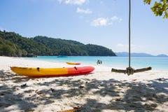 MYANMAR - 11 JANVIER 2016 : colorez le canoë-kayak sur la plage aux ventres F Image stock