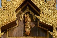 Myanmar kunst houten ambacht van hoekbeeld op houten muur bij het zuidenpoort van de shwedagonpagode in yangonstad shwedagon is d royalty-vrije stock fotografie