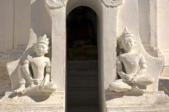 Myanmar, lac Inle : entrée de stupas Photo stock