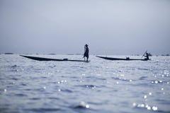 Myanmar, lago Inle - 09 11 2011: Fishermens en los pescados de cogida del amanecer en el lago Inle Imágenes de archivo libres de regalías