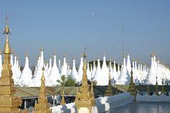 Myanmar, Mandalay: Stupas do pagoda de Kuthodaw Imagem de Stock