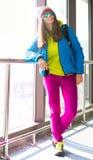 myanmar Mujer, chaqueta azul, arco iris del sombrero, gafas de sol, vaqueros rosados Fotografía de archivo