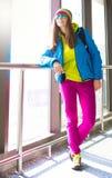 myanmar Mujer, chaqueta azul, arco iris del sombrero, gafas de sol, vaqueros rosados Fotografía de archivo libre de regalías
