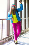 myanmar Mujer, chaqueta azul, arco iris del sombrero, gafas de sol, vaqueros rosados Imagen de archivo