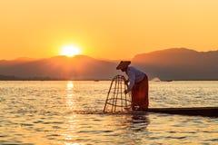 Myanmar podr??y przyci?gania punkt zwrotny - Tradycyjny Birma?ski rybak przy Inle jeziorem, Myanmar s?awny dla ich wyr??niaj?cy j obraz royalty free