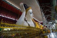 Myanmar s som vilar Buddha Royaltyfria Bilder