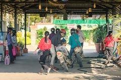 Myanmar, Stycze? 21, 2019: Niezidentyfikowany Zaludnia na motocyklach czeka w linii dla refuel przy benzynow? stacj? na Styczniu  fotografia royalty free