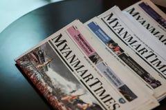 Myanmar tajmar tidningen på tabellen i ett hotell arkivfoton