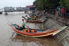 Myanmar traditionell f?rjalandning och v?ntande passagerare p? den Yangon floden p? morgonen arkivfoto