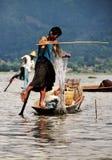 Myanmar vissers die aan meer Inle werken Stock Afbeelding