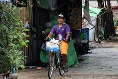 Myanmarese乘驾的人在街道胡同的一辆自行车在仰光 免版税库存照片