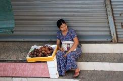 Myanmese sprzedawcy ulicznego sprzedawania żeński mangostan przy Bogyoke Aung San rynkiem lub Scott rynkiem, Yangon obraz stock