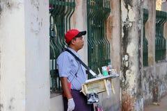 Myanmese sprzedawcy ulicznego sprzedawania betlu m?scy funciacy, ja jest areki dokr?tkami, wapno i tyto? zawijaj?cy w betlu li?ci fotografia royalty free