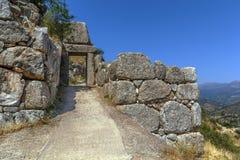 Mycenae是一个考古学站点在Greece.The宫殿位于小山 库存照片