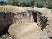 Mycenae gravvalvet av den forntida linjalen med det kollapsade valvet royaltyfri foto