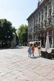 Mycket antika lägenheter med stort parkerar Fotografering för Bildbyråer