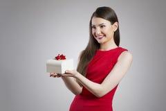 Mycket attraktiv asiatisk kvinna som ger födelsedaggåvan Arkivfoto