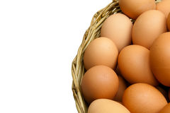 Mycket av ägg sätt i en vide- korg i (isolerad) vit bakgrund, royaltyfri fotografi