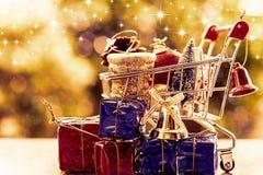 Mycket av dekorativa objekt för Xmas i mini- shoppa vagn eller spårvagn royaltyfria foton