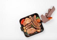 Mycket av gjutjärngallerpannan med grillade olika foods arkivfoton