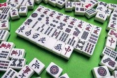 Mycket av Mahjong tegelplattor på grön bakgrund Royaltyfri Foto