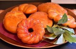 Mycket bröd på plattan Royaltyfria Bilder