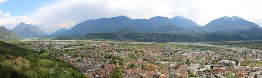 Mycket bred panorama av staden kallade Tolmezzo i Italien Royaltyfria Foton