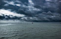 Mycket dramatisk himmel, stormar att komma på havet Fotografering för Bildbyråer