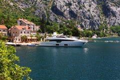 Mycket dyr toppen-yacht som anslutas nära herrgård royaltyfri bild