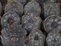 Mycket dyrbart kulturföremål för metall med valet av att jaga buddisten betvingar, i mitt av Buddhadiagramet, den forntida kloste Royaltyfri Fotografi