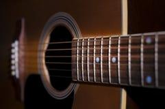 Mycket ett slut upp skott av en akustisk gitarr royaltyfria bilder