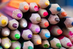 Mycket färgblyertspenna för skapar varje ting Fotografering för Bildbyråer